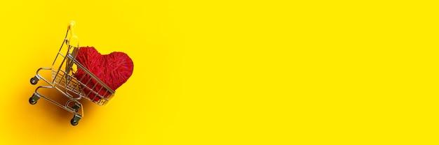 빨간 수 제 마음으로 쇼핑 카트 밝은 노란색 배경에 날아간 다. 배너.