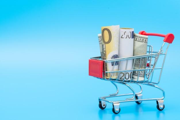 내부 미국 및 유럽 지폐와 쇼핑 카트