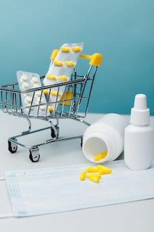 Корзина с лекарствами, отпускаемыми по рецепту, отправлена из аптеки по почте на синем фоне. вертикальное изображение.