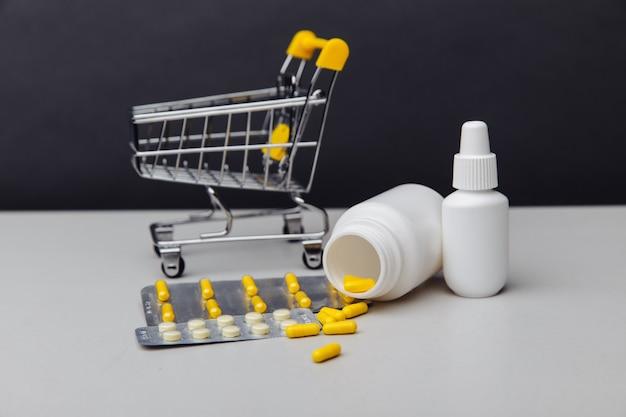 Корзина с лекарствами, отпускаемыми по рецепту, отправлена из аптеки по почте на сером фоне.