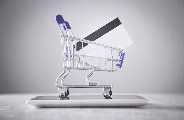 신용 카드와 태블릿 쇼핑 카트입니다.