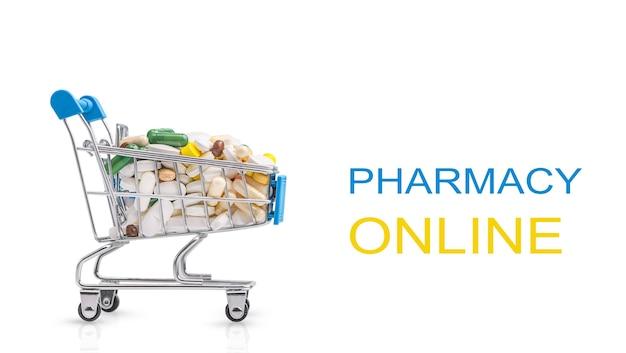 Магазинная тележкаа с различными таблетками, изолированными на белом фоне. концепция покупки лекарств и лекарств в интернете.