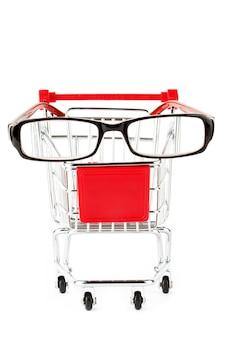 Корзина с очками на белом фоне