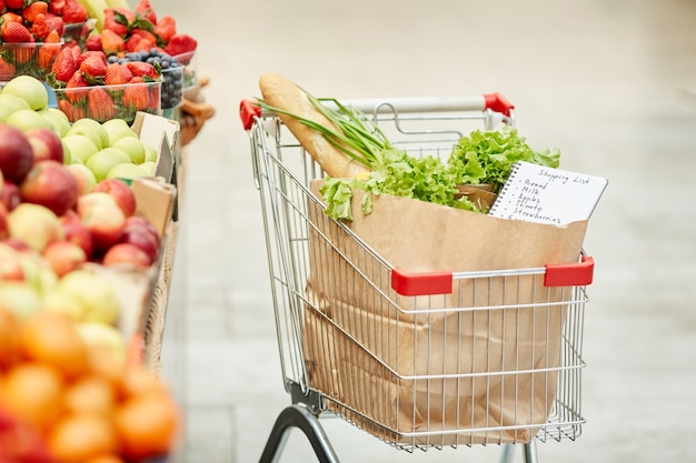 Корзина со свежими продуктами в супермаркете, без людей