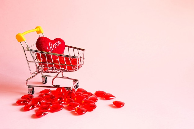 ガラスの赤いハートのショッピングカート-バレンタインデーに愛する人、愛するカップルへのギフトの購入