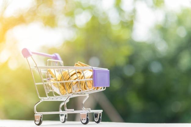 黄金のコインとショッピングカート。オンラインショッピングの概念。