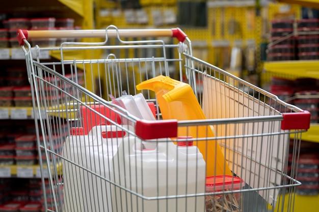 大規模なハードウェアスーパーマーケットで家庭用品をカートに入れる