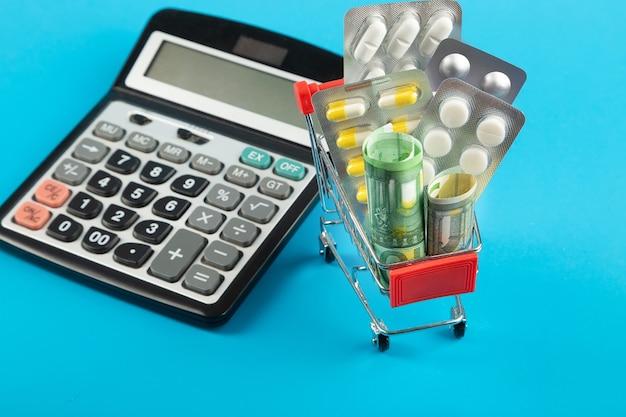 丸薬、お金、電卓が入ったショッピングカート。