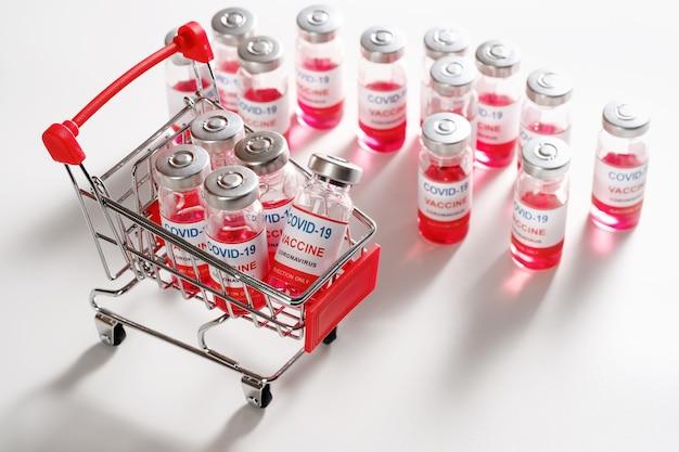 Covid-19ワクチン接種用のワクチンバイアルボトルが入ったショッピングカート