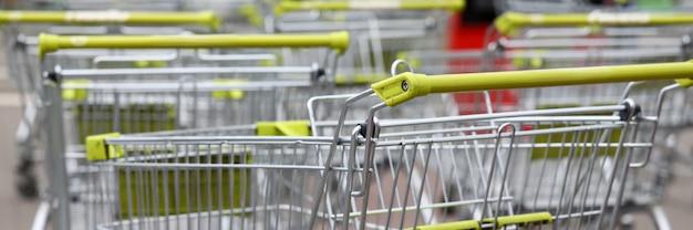 スーパーマーケットのショッピングカートは通りに立っています。