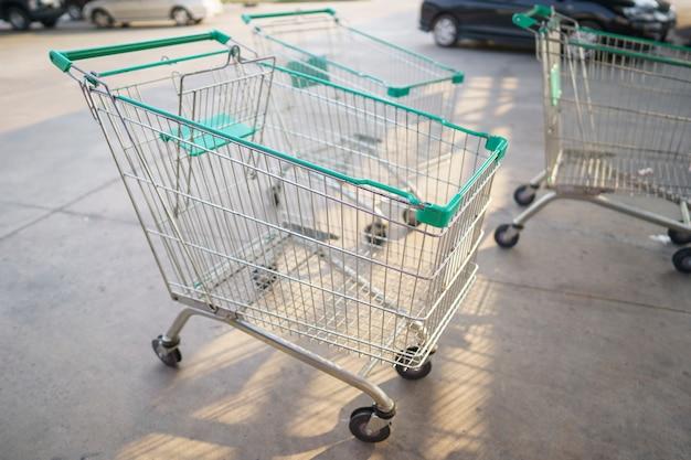 車輪付きのショッピングカート
