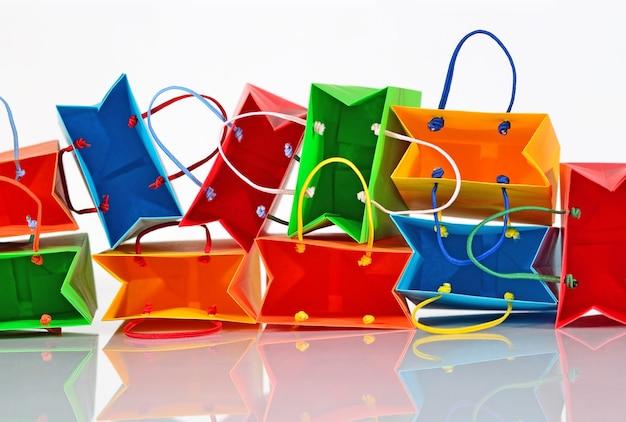흰색 바탕에 다채로운 판매 종이 가방 클로즈업 쇼핑