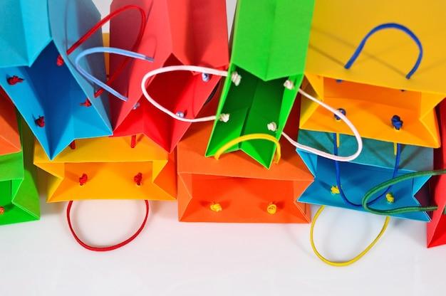 흰색에 다채로운 판매 종이 가방 클로즈업 쇼핑