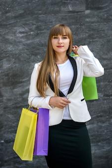 쇼핑 개념. 쇼핑백 포즈와 함께 행복 한 여자