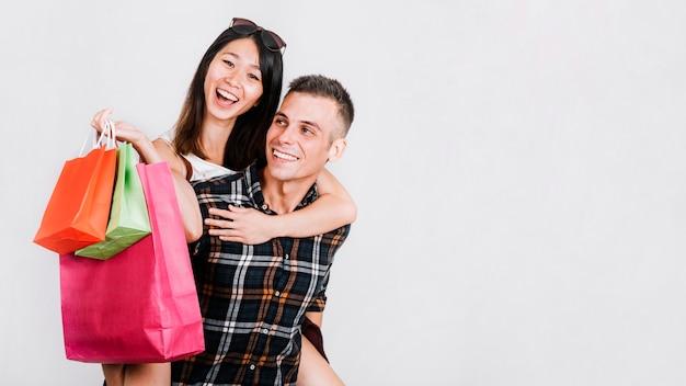 若いカップルとスペースを持つショッピングコンセプト