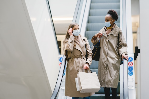 買い物の日。コロナウイルスの概念。医療用マスクの女性。