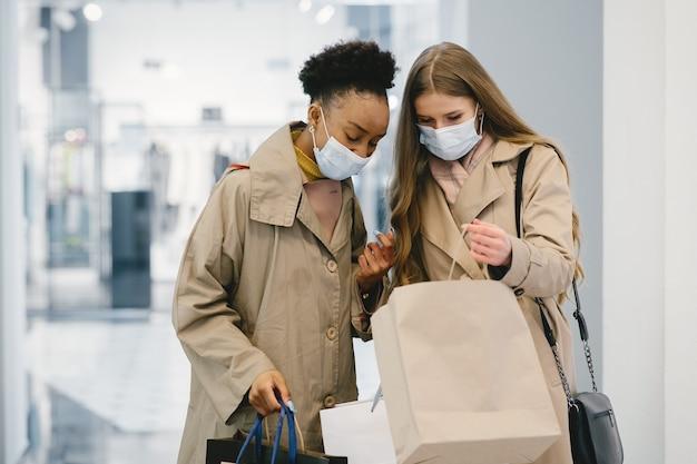 쇼핑의 날. 코로나 바이러스 개념. 의료 마스크의 여성.