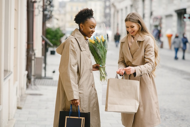 買い物の日。国際的なガールフレンド。都市の女性。