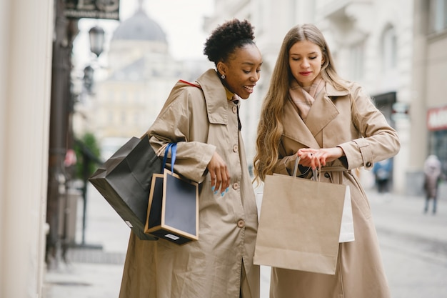 쇼핑의 날. 국제적인 여자 친구. 도시의 여성.