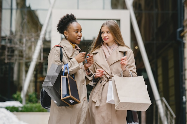 День покупок. международные подруги. женщины в городе.