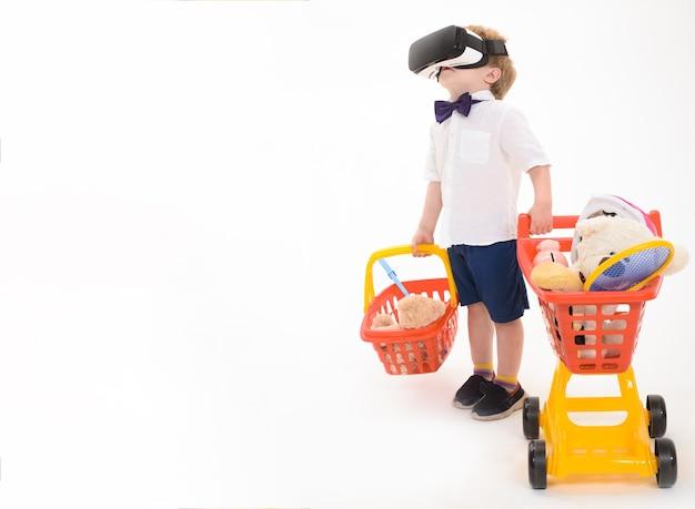 가상 현실에서 장바구니를 들고 쇼핑 할인 판매 기술 개념 어린 소년