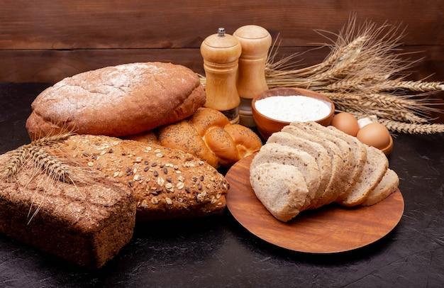 ショッピング食品スーパーマーケットのコンセプト。小麦粉とライ麦粉で作ったパン