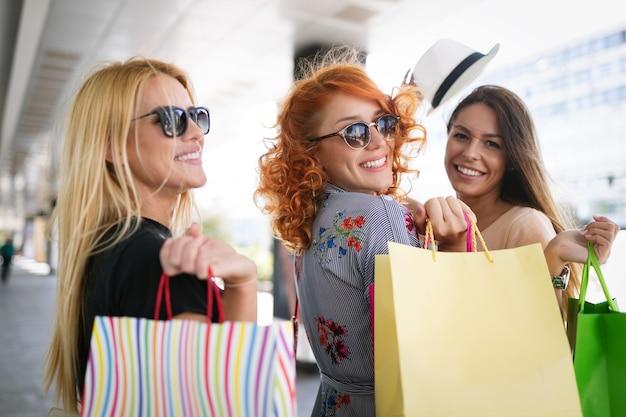 ショッピング、楽しみ、観光のコンセプト。 ctiyの買い物袋を持つ美しい女の子