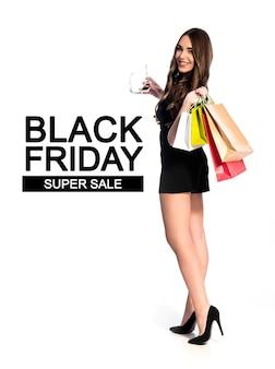 쇼핑 소녀 검은 금요일 판매 개념 배너, 쇼핑백과 흰색 절연