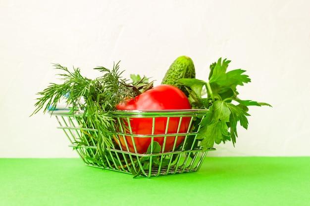 녹색 쇼핑 식료품 카트 금속입니다. 음식 바구니 개념. 확대. 플랫 레이. 선택적 소프트 포커스. . 텍스트 복사 공간.