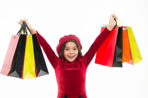 Счастье в покупках. девочки любят ходить по магазинам. маленький покупатель. маленькая девочка с хозяйственными сумками. маленький ребенок с бумажными пакетами. маленький шопоголик с бумажными пакетами. шоппинг - это зависимость.