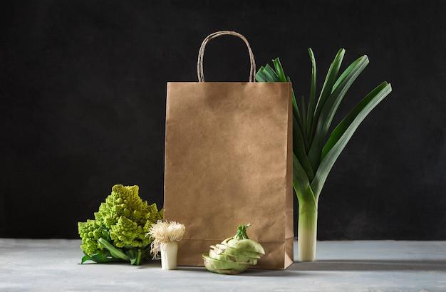 Шоппинг концепции здорового питания. здоровая пища с бумажным пакетом овощей