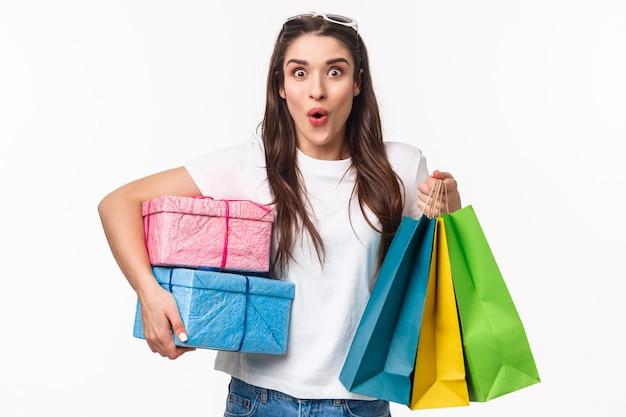 쇼핑, 휴일 및 라이프 스타일 개념. 흥분, 즐겁게 어린 소녀의 초상화는 서둘러 선물을 구입