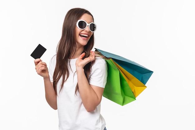 쇼핑, 레저 및 라이프 스타일 개념. 평온한 행복 한 젊은 여자의 초상화 새로운 물건을 구입으로 스트레스를 풀어