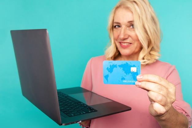 컴퓨터에서 쇼핑. 노트북 및 신용 카드 구매 온라인으로 웃는 여자.