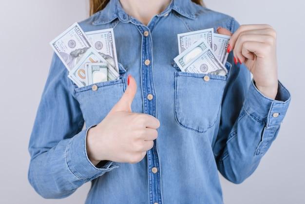 온라인 쇼핑 구매자는 판매 대출 세금 승리 지갑 이익 번들 스택을 받습니다. 회색 배경에 격리된 채 돈을 버는 만족한 사람의 클로즈업 사진