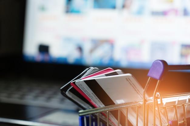쇼핑 온라인 개념, 장바구니에 신용 카드.