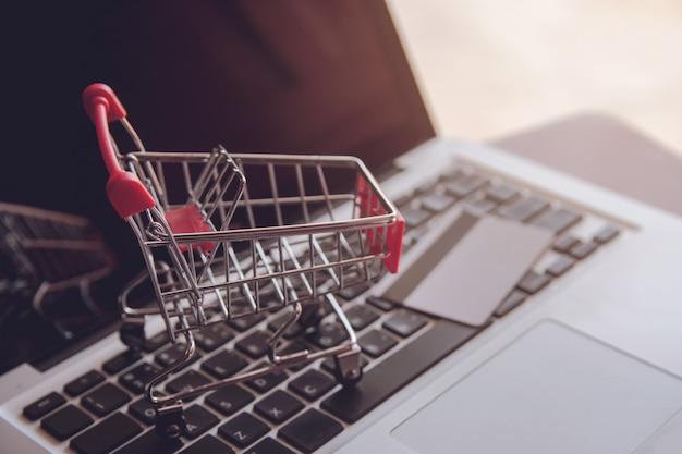 Покупки онлайн концепции пустая корзина на клавиатуре ноутбука