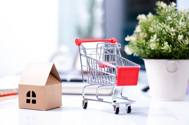 Покупки онлайн концепции - доставка на дом для покупок онлайн бизнеса. магазин дома.