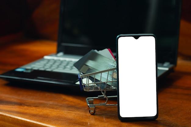쇼핑 온라인 개념, 빈 화면이 있는 스마트폰.