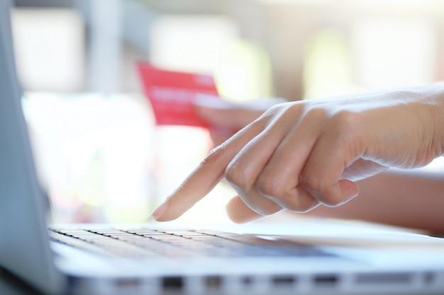 Покупки в интернете используют кредитную карту для оплаты онлайн.