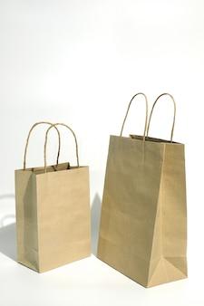 Бумажный пакет для покупок на белом.
