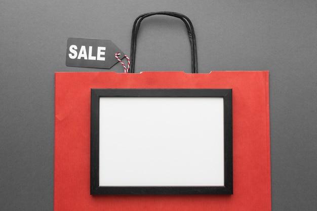 Shopping rosso indietro con copia spazio cornice