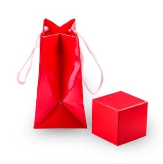 ショッピング赤い紙のテンプレートと白い背景の上の光沢のある赤いギフトボックス
