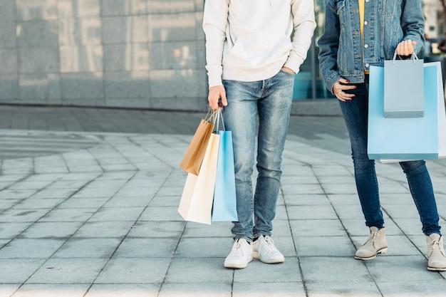 쇼핑 시간 도시 커플의 캐주얼 레저 남자와 여자 종이 가방
