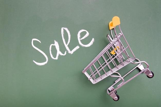 분필 보드에 쇼핑 트롤리 및 비문 판매, 복사 공간 평면도.