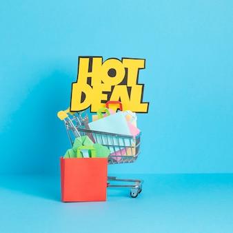 Тележка для покупок, полная бумажных пакетов. сезонная распродажа, онлайн-предложения, скидки, продвижение, концепция покупательской зависимости