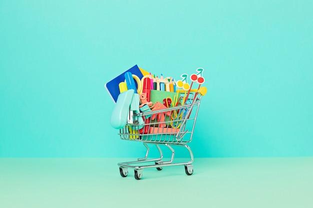 学校への準備として学用品でいっぱいのショッピングカート