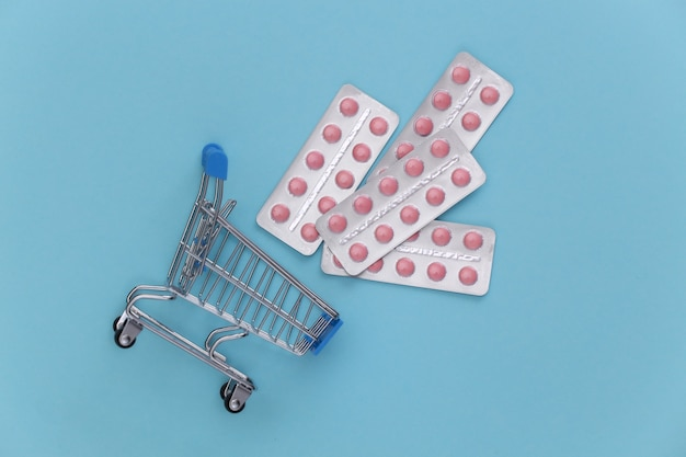 파란색 배경에 약 물집이 있는 쇼핑 트롤리. 평면도