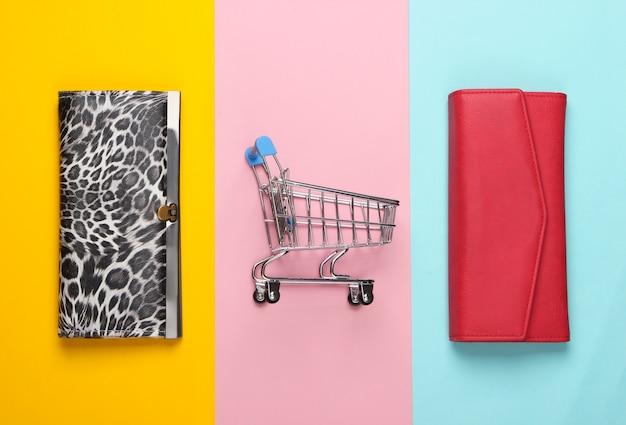 Тележка для покупок с кошельками на цветном.