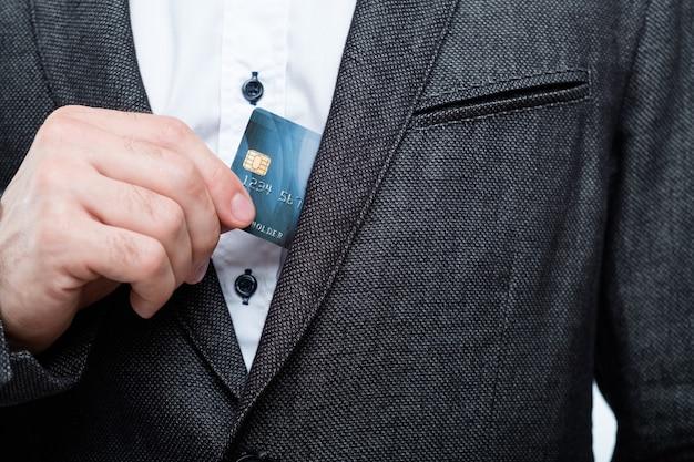 クレジットカードでの買い物。簡単なチェックアウトとお金の管理。
